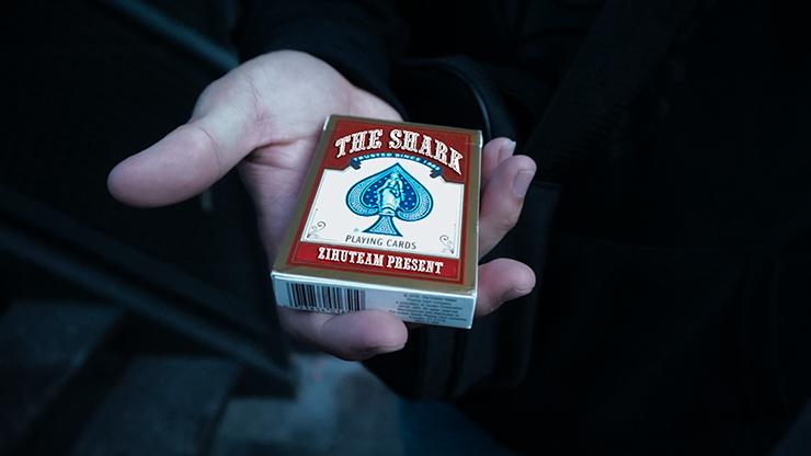 The Shark by Zihu Gewählte Karte in Kartenschachtel kontrolliert fixieren und lösen